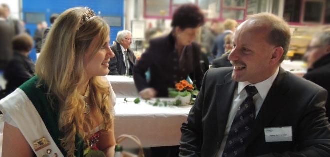 Bürgermeisterkandidat Schranner mit der amtierenden Vice-Hopfenkönigin Angela Merkel (im Hintergrund Bürgermeister Staudter)