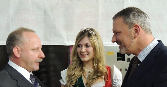 Bild mit Vize-Hopfenkönigin- Zwei die sich mit dem demografischen Wandel beschäftigen: Bürgermeisterkandidat Schranner (links) und Referent Börner (rechts).