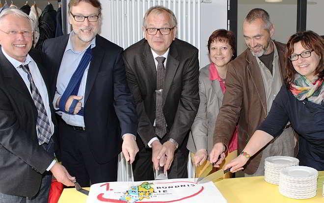 Bündnispartner feiern den Geburtstag v.l.n.r. Willi Käser (Regens Wagner Hohenwart), Landrat Martin Wolf, Erik Jensen (Airbus Defence & Space), Elke Dürr (Landratsamt Pfaffenhofen), Werner Weyer (Regens Wagner Hohenwart),Sonja Gaul (Airbus Defence & Space)
