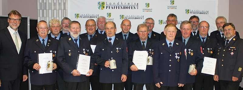 Die für 40 Jahre aktiven Dienst geehrten Feuerwehrler zusammen mit Landrat Martin Wolf (li.) und Kreisbrandrat Armin Wiesbeck (re.). Foto: Wohlsperger