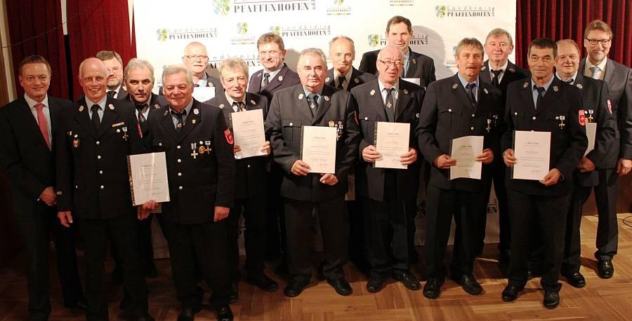 Die für 40 Jahre aktiven Dienst geehrten Feuerwehrler zusammen mit Landrat Martin Wolf (re.), MdL Karl Straub (li.) und Kreisbrandrat Armin Wiesbeck (3.v.li.).Foto: Rottler